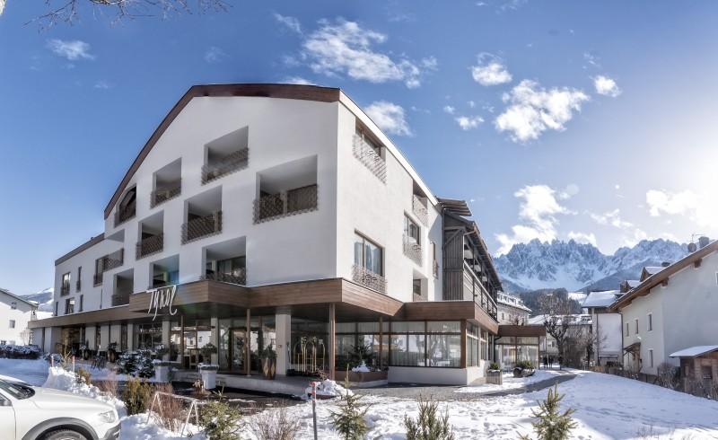 Sporthotel Tyrol Dolomites Aussenfassade Winter