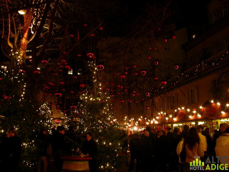 Drink a mulled wine in the picturesque setting of the enchanted forest of Palais Campofranco at the Christmas markets in Bolzano
