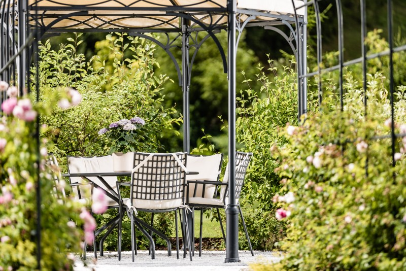 Hotel Zum Engel **** Parco di 6000 m² di proprietà dell'hotel con prato per prendere il sole, sauna in casetta di legno, isole di pace e molto altro ancora