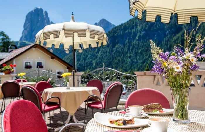 Hotel Ansitz Jakoberhof ****  Terrace with panorama view