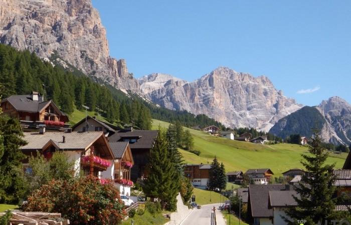 Fotogalerie Südtirol Ansicht von St. Kassian am Fusse des mächtigen Conturines und des Lavarella Massivs